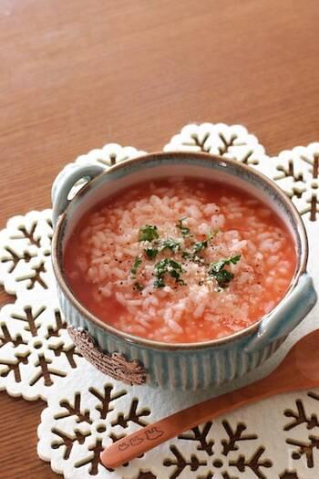 余りごはんを使って作れるトマトのおかゆ。ストックしている水煮缶があれば、電子レンジ調理で簡単に作れます。程よい酸味で、食べるときに粉チーズを振ることで風味もアップ!
