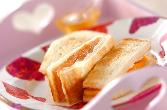 柿といえば秋のイメージがありますが、品種によっては冬に収穫の最盛期を迎えるものも。フルーツはブランデーなど甘味の感じられる洋酒と相性がよく、特に繊細な甘みのある柿とも非常にマッチします。このレシピでは、そんな柿にブルーチーズで塩気を加えてサンドにしています。ブルーチーズ特有の風味が苦手な人は、クリームチーズを多めに混ぜるのがおすすめ。逆にブルーチーズが好きな方は、クリームチーズを入れなくてもおいしくいただけますよ。