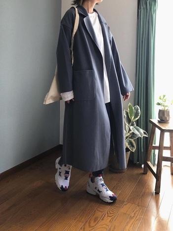 マニッシュなテーラードカラーのガウンコート。パンプスやブーツではなく、カラフルなハイテクスニーカーを合わせれば新鮮な印象に。遊び心のあるコーデに仕上がりますよ。