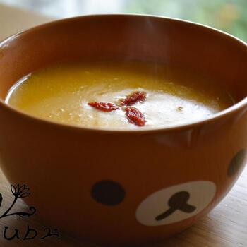 ビタミンカラーが鮮やかなかぼちゃのおかゆ。本場韓国では白玉粉で作りますが、こちらのレシピではごはんを使っています。かぼちゃ本来の甘みを活かすために味付けは塩のみ。とろっと優しい味わいで、冷えた体にそっとしみわたります。