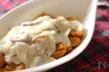 冬の寒さで甘味を増すかぼちゃをふんだんに使うと、ニョッキにしてもしっかりした甘さを感じることができます。酸味のある果実酒を楽しむなら、かぼちゃのやさしい甘味が互いを引き立て合うこちらのレシピがおすすめ。強力粉を使うことで、お腹も満足するもちもちの食感に。ソースにはクリームも合いますが、好みに合わせてトマトソースやチーズを散らしてもおいしくいただけますよ。