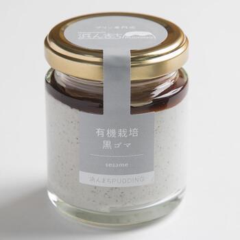 長崎県の「浜んまちプリン」は、長崎県産の卵を使用したなめらか&濃厚な味わいで、バラエティ豊富なフレーバーも魅力です。有機栽培黒胡麻プリンは、黒胡麻を牛乳でじっくり煮出し、香り豊かなペースト状にしてクリームと合わせるというこだわり。
