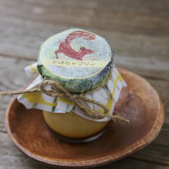 動物のパッケージと天然素材のリボンが可愛い「ティンラ成城」の自家製プリン。こちらは北海道産のかぼちゃを使用したパンプキンプリンです。甘いかぼちゃとほろ苦のカラメルソースが絶妙にマッチ。ひと口食べると隠し味のマルサラ酒がふわっと広がりますよ。