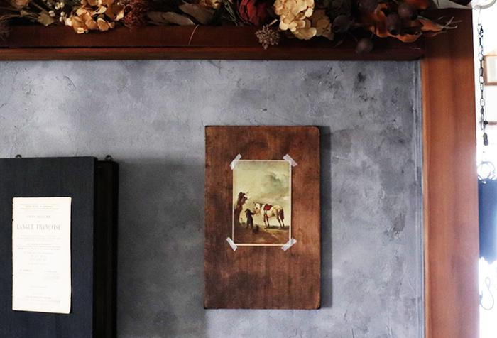 こちらはセリアの桐まな板をペイントして、四隅に金具を組み合わせ、小道具風にリメイクしたもの。美術館で購入するような、絵画のポストカードを飾るのにぴったりです。