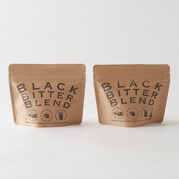 無農薬栽培のコロンビア産のコーヒー豆に、マンデリン産など厳選した数種類のプレミアムコーヒービーンズを使用した「BLACK BITTER BLEND」は、コクのある深い味わいです。冷めても酸味が立たず、深煎りなのでアイスコーヒーにもおすすめ。豆と中挽きから選べます。