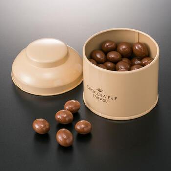 焙煎したコーヒー豆をミルクチョコレートで包み込んだ「カフェボール」。コーヒー豆の苦みがチョコレートと相性抜群で、カリッとした食感がクセになります。高級感のあるパッケージが上品で贈り物に◎