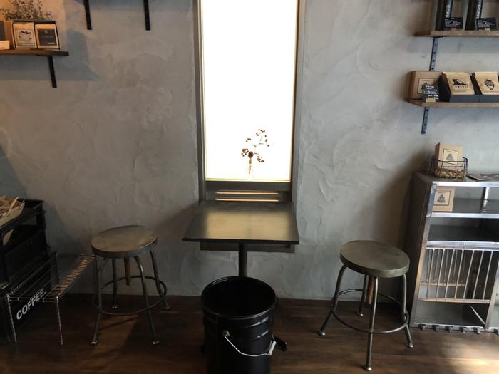 家具や雑貨もセンスよく、少し暗めの照明で落ち着いた空間。小さめのお店ですが、腰掛けスペースがあります。