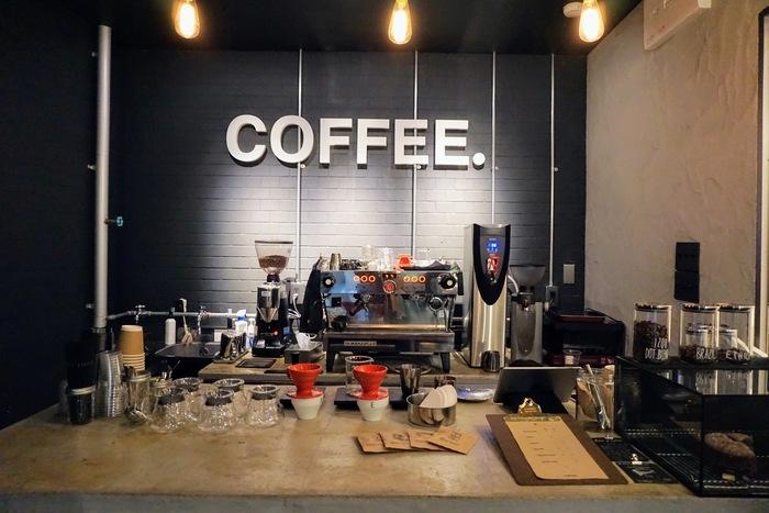 「COFFEE. 」は、すべてのコーヒー豆を自家焙煎している、おしゃれなコーヒーショップ。店内のテーブルにはコーヒー道具がずらりと並び、一杯ずつ丁寧に淹れる様子を見ることができるのが嬉しいですね。