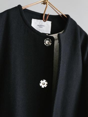 フロントはスナップボタンで開け閉めするようになっており、すっきりとした身頃になっています。  フラップ付きのポケットが両サイドについているので、定期や携帯などちょっとしたものを入れたいときにも便利。裏地もついているので、袖通しもなめらかです。