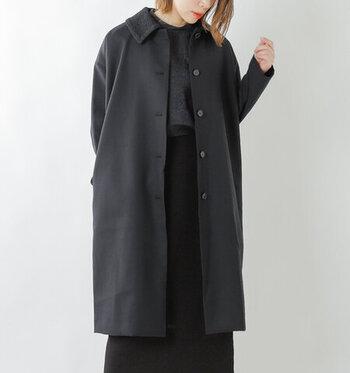 こちらは裏表で使える付け襟がついたユニークなウールサージコートです。  立体的な刺繍がキュートな印象の付け襟とシンプルなスタンダードカラーが裏表になっています。こちらはボタンでつけ外しが可能。付け襟を外すと、ノーカラーでも着られます。