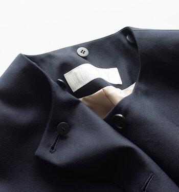 ノーカラーで着ると、すっきりとしていて、大判のストールを巻くのがよく似合います。  身頃全体はゆったりとしたフォルムでインナーに暖かいセーターを着ていても、もたつきません。