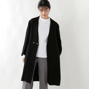 美大で建築を先行したデザイナーさんが作った服は、デザイン性だけではなく着心地までしっかりと考えられた独自のパターンを採用。ほどよい厚みのある二重織りの生地を使って、軽やかに仕上げています。