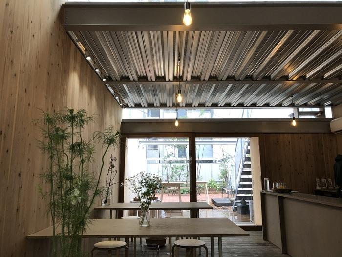「オモケンパーク」は、国内初のソーシャルデザインパークで、熊本地震でビルが取り壊された跡地に2019年にオープンしました。パークには開放感のあるカフェ併設されていて、木のぬくもりに包まれた店内は誰でも気軽に立ち寄りやすい雰囲気です。
