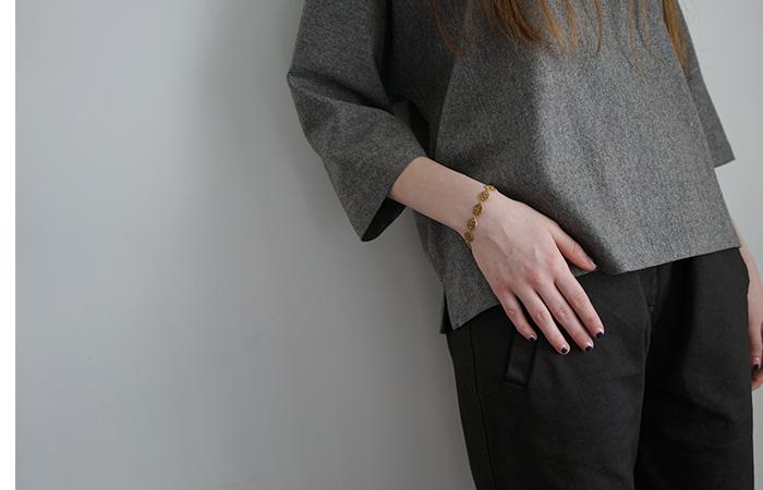 まるで刺繍のようなデザインのブレスレット。手仕事の温かみを感じるブレスレットには、ワンポイントがスタイリッシュなネイルを合わせて。自分らしい手元を楽しみましょう。
