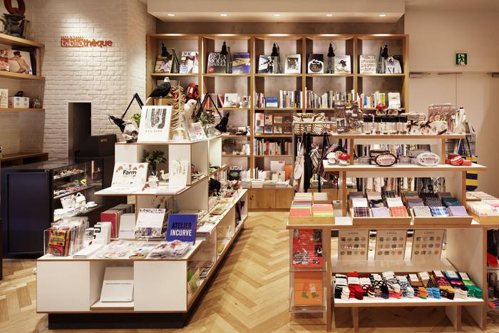 カフェスペースの横にブックストアが併設され、選りすぐりの本やおしゃれな雑貨までこだわりの品がいっぱい!カフェに立ち寄るついでにぜひ覗いてみてくださいね。