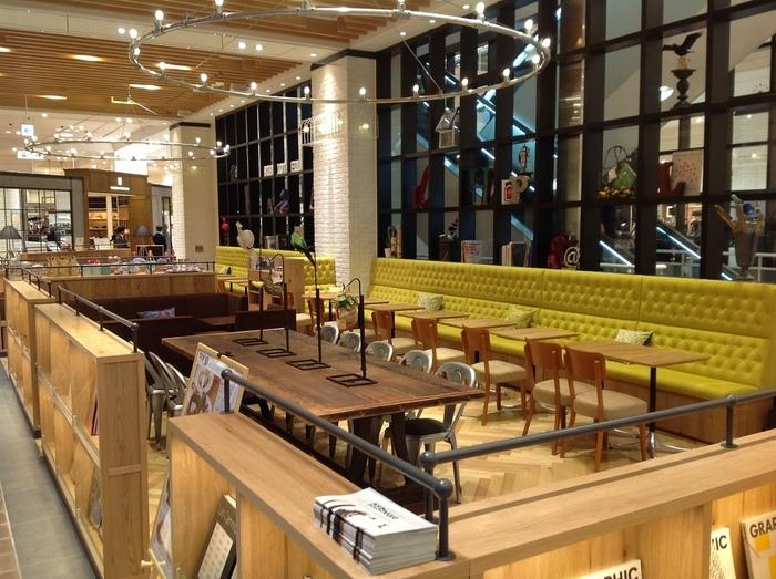鶴屋の東館1階にある「カフェ&ブックス ビブリオテーク」は、本がずらりと並んだオープン仕様の開放的なブックカフェです。ショッピングついでに立ち寄りやすく、一人でもお友だちとも利用しやすい雰囲気です。