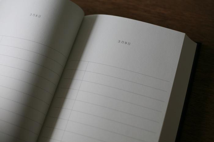 ノートは日付と罫線が引かれたシンプルなデザインです。その日の出来事や思いついたイラストなど自由に書き込めます。A5サイズだから、お出かけ先のチケットなどを張り付けても良いですね。