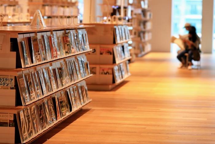 星の数ほどある書籍だから、本屋さんで探すのも良いけれど図書館に足を運ぶのもおすすめです。本棚に制限なく本を読めるから、スペースに制限がある人にはメリットがあります。気に入った本が見つかったら書店で購入するのも◎。
