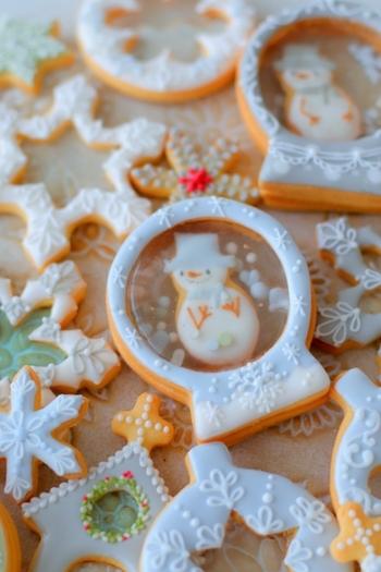 雪の結晶型や、雪だるまの形のクッキーにアイシングやメレンゲパウダーなどを使って仕上げた、食べるのがもったいないくらいキュートなクッキー。シンプルなラッピングでじゅうぶん絵になるので、お土産や持ち寄りにもバッチリ使えます。