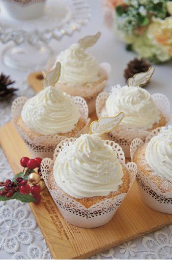 ラムレーズンが入った大人の味のケーキに、ホワイトチョコ入りのクリームをたっぷりのせたロマンチックなカップケーキ。仕上げにアイシングで作った雪の結晶やアラザンをトッピングすればよりエレガントな雰囲気に。