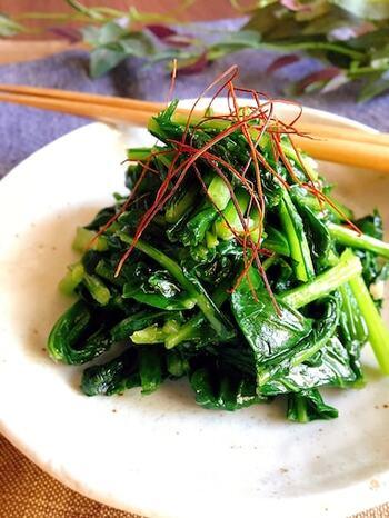 かぶの葉を鶏ガラスープの素と塩で炒めたシンプルな炒め物。 ごま油の香ばしさが引き立ちます。もう一品副菜が欲しいときや、かぶの葉の消費におすすめです。