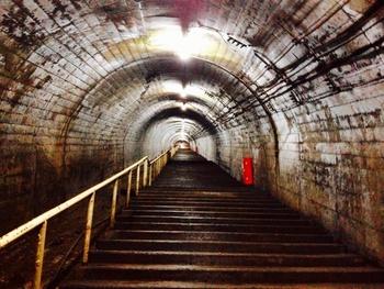 筒石駅の駅舎は地上にあるますが、上下線ともにホームは地下約20メートルの位置にある頸城トンネル内にあるため、駅舎からホームまでは長い下り階段が続いています。