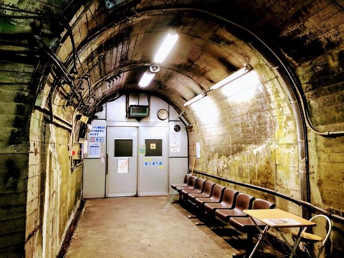 筒石駅は、集落から遠く離れた場所にぽつんと佇む小さな秘境駅ですが、線路には上下線とも特急列車が猛スピードで通過します。そのため、待合室には安全確保のためにホームと隔てる強固な扉があります。