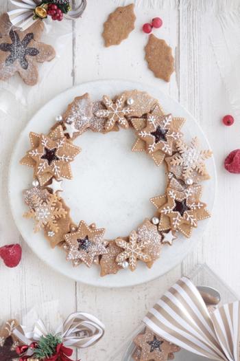 伝統的なクリスマス菓子の1つであるジンジャークッキー。ショウガだけでなくシナモンやナツメグなどの香辛料を入れることもあり、これは強い香りのする香辛料を入れることで、魔よけの力があると考えられていたからだとか。スパイスクッキーをリースのように並べ、アイシングやアザランで飾った見た目もオシャレなスイーツ。アイシングは飾り以外にクッキーを重ねるときの接着効果もあるので、キレイな形に仕上がります。