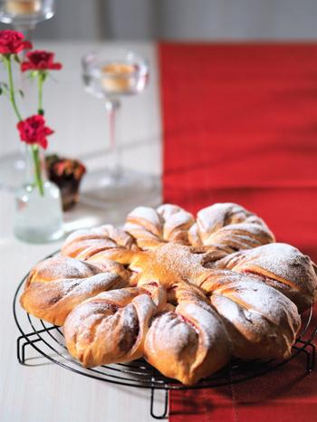 雪の結晶をモチーフとしたパンにグラニュー糖や粉糖をかけてクリスマスらしいパンに。焼き上がりも直径30センチと大きいので、そのままテーブルの中央に出せば、いつも脇役のパンが主役になります。