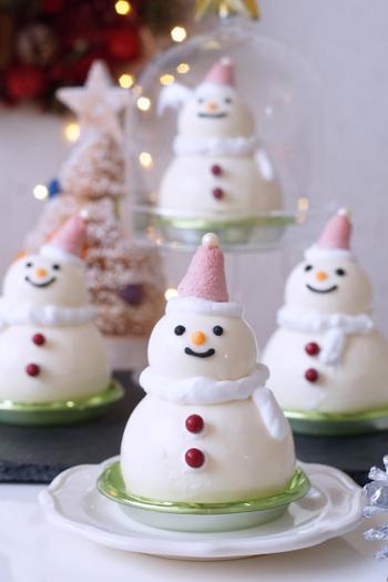 たくさん作って並べるほどテーブルがにぎやかで楽しくなる、クリームチーズで作るキュートな雪だるまプリン。見た目も素敵ですが、中にミックスベリーのソースが入っていたり、隠し味にホワイトチョコレートを使ったり、味もバッチリで最後までクリスマス料理を美味しくいただけます。