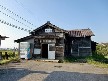 富山県中新川郡立山町にある下段駅は、富山県中新川郡立山町の寺田駅と立山駅を結ぶ富山地方鉄道立山線沿線上の駅です。ここには1936年の開業当初に建てられた古い木造駅舎が現存しており、どことなく郷愁が漂っています。