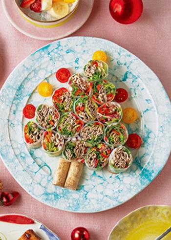 洋風だけでなくたまにはちょっと変わった料理でクリスマスを楽しみたいときにオススメの、エスニックサラダ生春巻きです。たっぷりのカラフルな野菜が入った生春巻きはカットした断面も美しく、クリスマスツリーのように盛り付ければ、より食卓を華やかに演出できます。