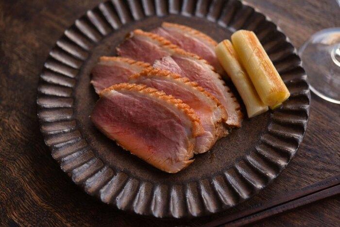 合鴨のむね肉で作る鴨ロース。クリスマスらしいメニューですがおせち料理にも使えるので、冷凍保存をしておけば、再びお正月に使えて便利です。冷凍保存する場合は煮汁に浸かった状態で保存し、約1か月保存可能です。
