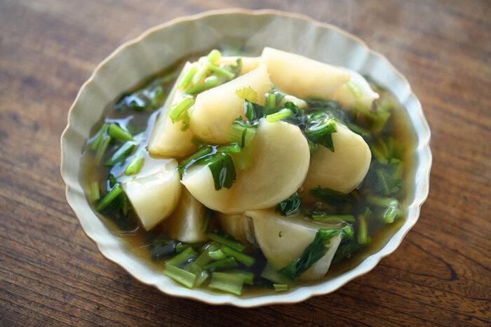 和風味のあんがおいしいかぶを丸ごと食べるレシピ。あんかけなので、冷めにくく身体も温まるので寒い季節にぴったりな煮物です。かぶとかぶの葉を別々に煮ることで、お互いの食感を引き立たせることができますよ。
