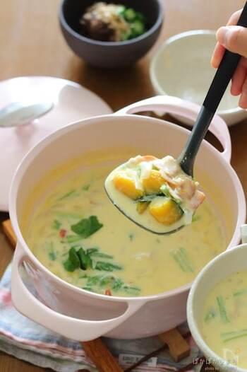 冷蔵庫にある野菜をなんでも入れて作れるチャウダーのレシピです。味噌を使っているので和風の味わいに。かぶの葉が余っているときにおすすめですよ。こっくりとしたスープが寒い日にぴったりです。