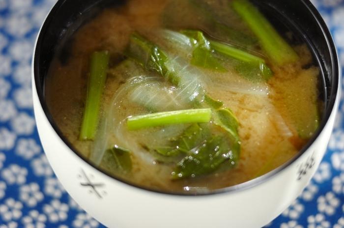 かぶの葉はお味噌汁の具材にしてもおいしく食べられます。玉ねぎ以外の野菜や、豆腐やわかめなどで代用しても◎。時間がないときは火が通りやすい具材と組み合わせれば、ぱぱっと作ることができます。いろいろな食材と組み合わせればお味噌汁の具のレパートリーも広がりますよ。