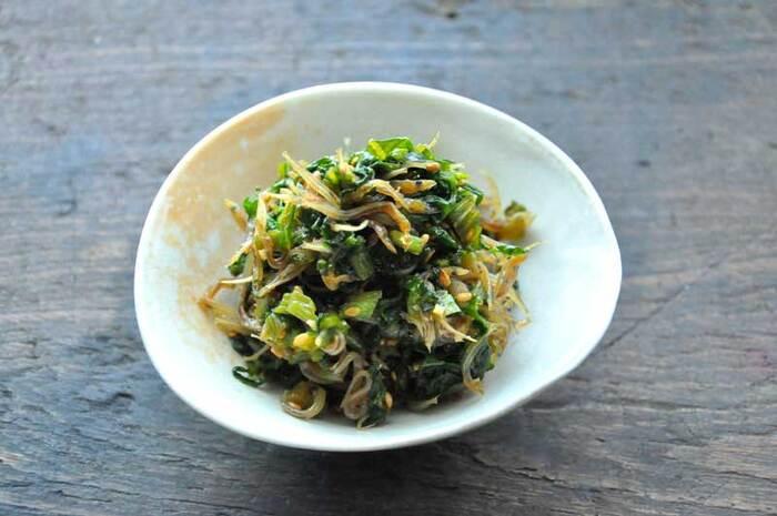 小さく刻んだかぶの葉とじゃこを炒めた甘辛味のふりかけです。材料を炒めるだけの簡単レシピなので、かぶの葉があるときはいつでも気軽に作ることができます。ごまや生姜なども入っている栄養満点のふりかけは、ごはんがどんどん食べられちゃいますよ。