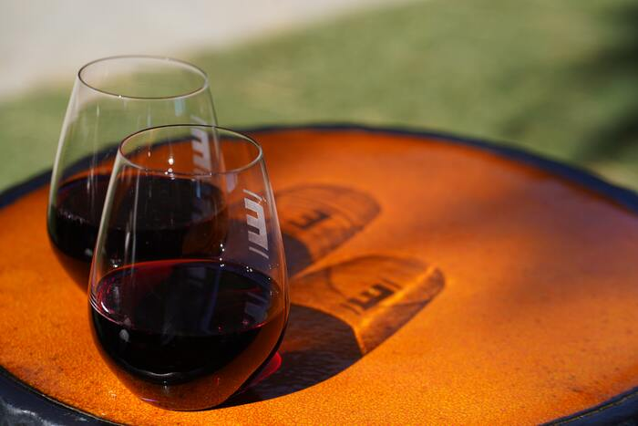 薄手に作られることの多いワイングラスは、割れやすいので嫌煙されがち。特に初めてワイングラスを試してみるという方は、足のついていない、安定したグラスもおすすめです。ワインを入れる部分の形は通常のワイングラスと同じなので、同様の香り・味わいを楽しめますよ。
