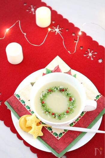 ジャガイモと玉ねぎで作る真っ白なポタージュスープにほうれん草のポタージュで円を描き、ピンクペッパー、ドライパセリ、パルメザンチーズでリース風に。見た目も素敵なスープはクリスマス気分をより盛り上げてくれます。