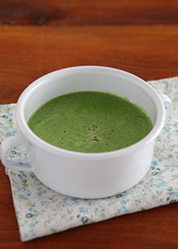もう一つのクリスマスカラーのグリーンのスープはほうれん草で。色鮮やかに仕上がるだけでなく、ほうれん草の栄養もポタージュスープならしっかりいただけます。