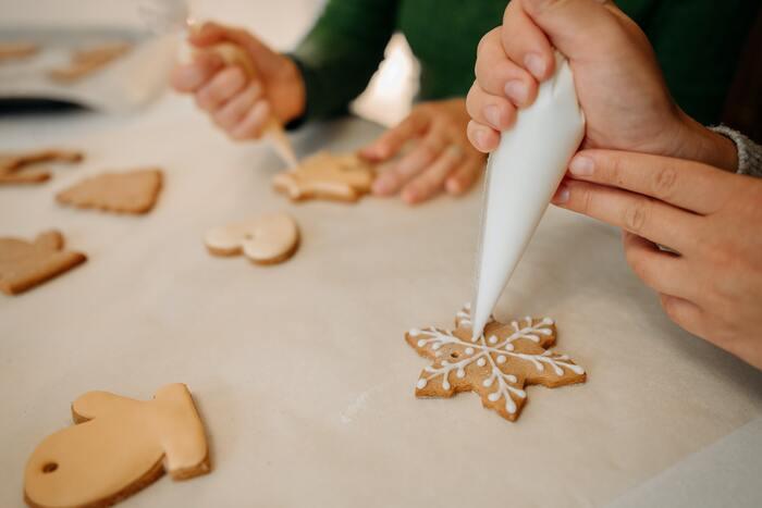 デザイン通りにラインやドット、文字などを描いていきましょう。クッキー生地を生かしたデザインなら、ここで完成です。