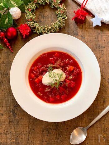 ニンジンやトマト、イチゴなど赤い食材は多いけど、スープにするとくすんでしまいがち。クリスマスらしい鮮やかな赤いスープにしたい場合は、ビーツの赤色でボルシチを作ると見た目も味もバッチリです。