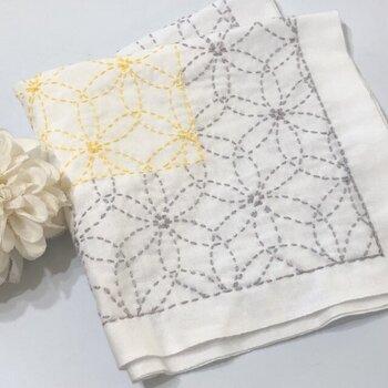 グレーとイエローのの糸で仕上げた「花刺し」柄。 色合いが柔らかでモダンでもあります。
