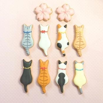 個性豊かな猫モチーフのアイシングクッキー。猫といっても毛並みや色もさまざま。同じ型でも、色や模様が違うだけでガラッと印象が変わりますね。