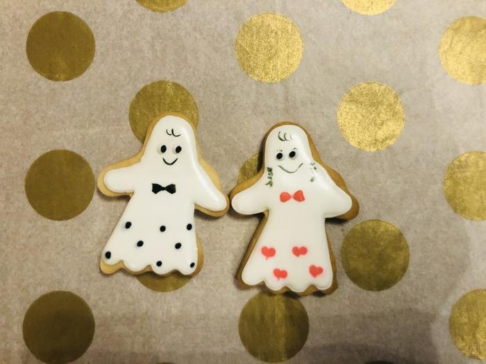 ハロウィンのおばけカップルのアイシングクッキーです。髪型や表情に個性が感じられ、シンプルだけどかわいいですね。