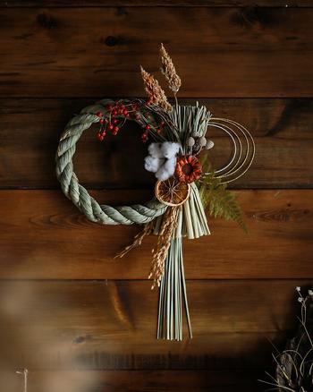 しめ縄に、綿や稲穂、ドライオレンジなどを組み合わせて作っています。縄の流れに沿ってドライフラワーを配置していくのがポイント。ナチュラルなリース感覚で飾れるのが魅力です。