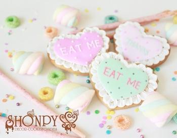 パステルカラーのハートクッキーの縁に、レースフリルをあしらって特別感をアップ。大切な人へメッセージを書いて渡してみませんか?