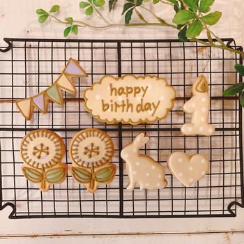 ベージュ×ドットのワントーンカラーがおしゃれなアイシングクッキー。うさぎやお花もどこか大人っぽく、ナチュラル好きの方にぴったりですね。