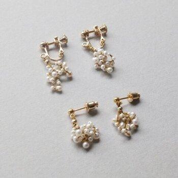 """控えめながらも存在感のある「Amito(アミト)」の""""ワタユキ ピアス・イヤリング""""。  アンティークのような落ち着いたゴールドカラーに、雪を思わせる小さなパールが編みこまれた繊細なデザイン。"""