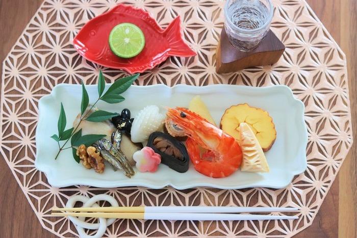 縁起モチーフを食卓に取り入れて、正月らしさを演出してみるのも素敵ですね。おせちに赤い鯛の小皿を添えて。おせちがより豪華に引き立ちます。